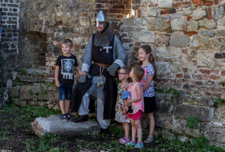 Kinderen met ridder.png